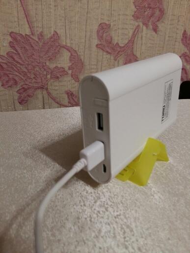 Повербанк с подключенным кабелем